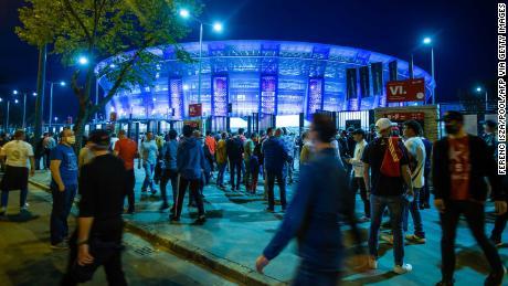 یو ای ایف اے سپر کپ سے قبل سپورٹرز پوسکاس اسٹیڈیم کے باڑ پر انتظار کرتے ہیں۔