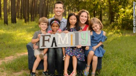 ลอร่าวิลคินสันและสามี Eriek Hulseman โพสท่าถ่ายรูปกับลูกทั้ง 4 คน (ภาพโดย Sara Jensen Photography)