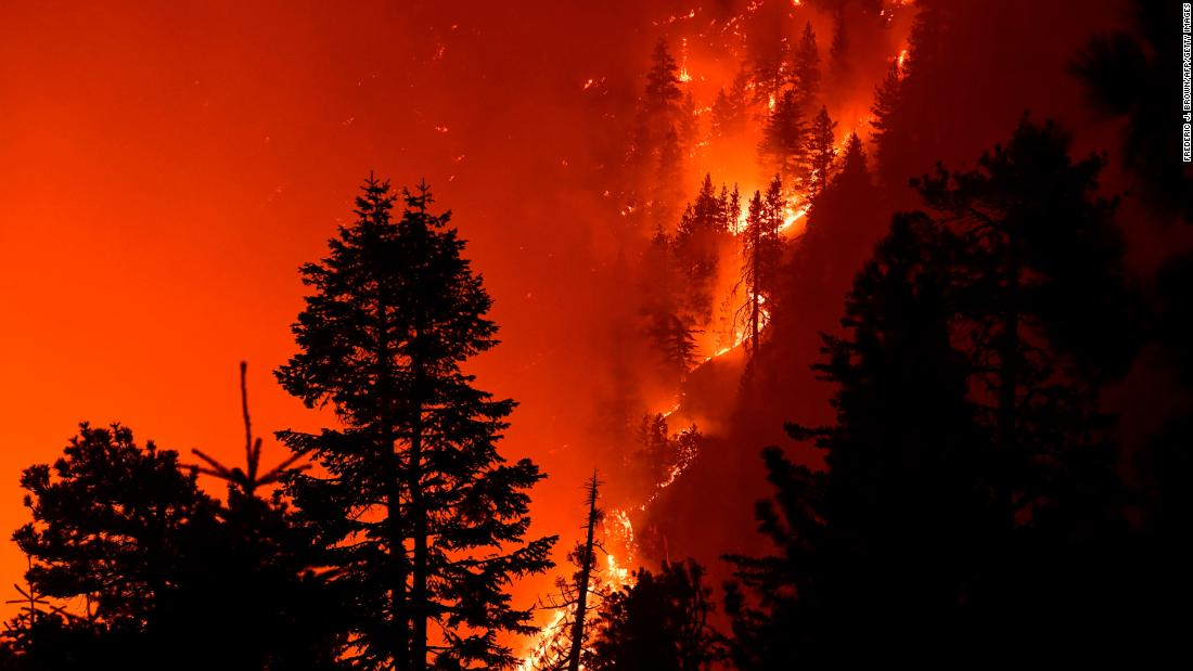 The Bobcat Fire burns near Cedar Springs, Kalifornië, on September 21.