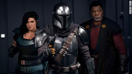 "(Van links) Gina Carano, Pedro Pascal and Carl Weathers are ready for action in season two of ""Die Mandalorian.&kwotasie;"