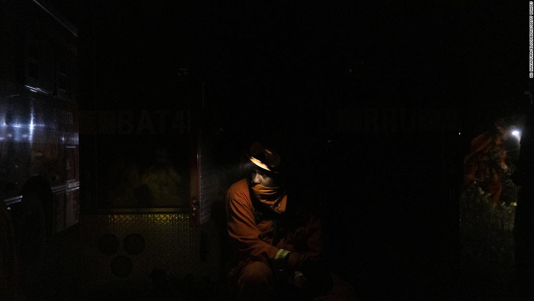 An inmate firefighter takes a break while working to contain the Bear Fire in Oroville, 캘리포니아, 9 월 24.