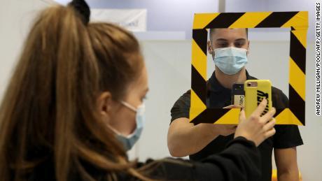 นักเรียนสแกนรหัส QR ที่ศูนย์ทดสอบแบบเดินผ่านแห่งใหม่ที่ Glasgow Caledonian University เมื่อวันที่ 18 กันยายน