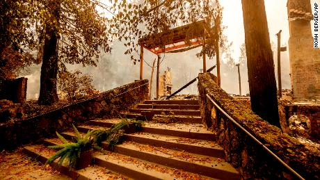 A staircase remains at the Restaurant at Meadowood, which burned in the Glass Fire, in St. Helena, 칼리프.