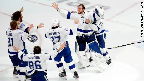 The Tampa Bay Lightning celebrate following the series-winning 2-0 victory over the Dallas Stars in Game Six of the 2020 NHL Stanley Cup Final at Rogers Place on September 28, 2020 in Edmonton, 앨버타, 캐나다.