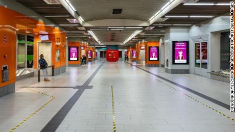 สถานีขนส่ง Moncloa ของมาดริดถูกทิ้งร้างหลังจากมาตรการกักขังในเมืองเมื่อวันที่ 3 ตุลาคม
