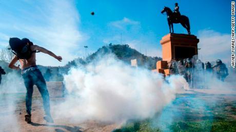 ผู้ประท้วงปะทะกับตำรวจปราบจลาจลระหว่างการประท้วงในซานติอาโกเมื่อวันเสาร์