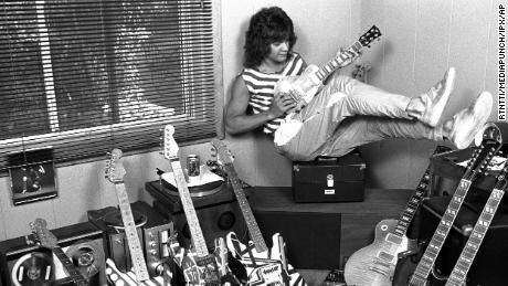 Eddie Van Halen chez lui à Los Angeles en 1982.