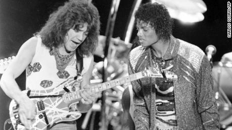 Cette photo de 1984 montre Van Halen en train de jouer `` Beat It ''  avec Michael Jackson