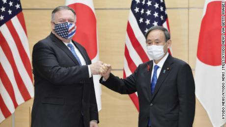Yoshihide Suga (R) นายกรัฐมนตรีญี่ปุ่นที่เพิ่งได้รับเลือกและรัฐมนตรีต่างประเทศสหรัฐฯ Mike Pompeo ชนกันที่สำนักงานนายกรัฐมนตรีในโตเกียวเมื่อวันที่ 6 ต.ค. 2020