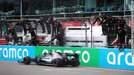 สมาชิกทีม Mercedes เฉลิมฉลองบน Pitwall เมื่อลูอิสแฮมิลตันจากบริเตนใหญ่ข้ามเส้นเพื่อคว้าแชมป์ Eifel GP เพื่อมัดสถิติ F1 ของ Michael Schumacher ที่ 91 ชัยชนะ