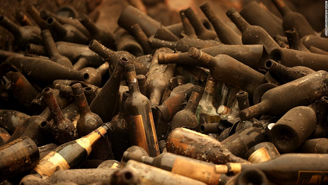 "Burned bottles of wine sit in a pile at the Castello di Amorosa winery, which was destroyed by the Glass Fire in Calistoga, 캘리포니아, 10 월 1. Wildfires have damaged and <a href =""https://www.cnn.com/2020/10/11/us/california-wildfires-wineries/index.html"" target =""_공백&am인용ot;>destroyed dozens of the region's famed wineries,</ㅏ> many of them family-owned businesses."