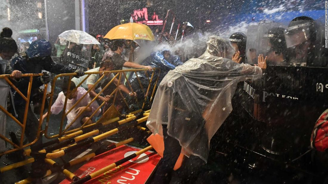Police fire water cannons at pro-democracy protesters during an anti-government rally in Bangkok on Friday, 10月 16.