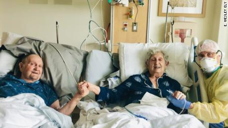Tom Stevens and his wife, Virginia, were hospitalized with Covid-19 in early August and put in separate rooms. Within a day, their physicians agreed that the couple, sposato per 66 anni, should not be kept apart ― they needed to recover in a room together.