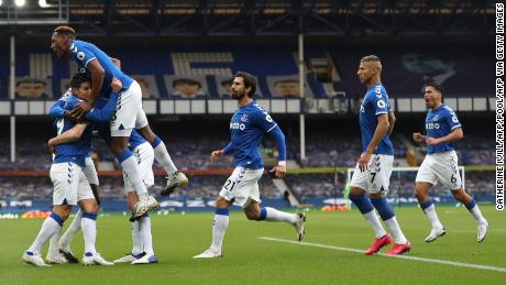Everton celebrates after Michael Keane's equalizer.