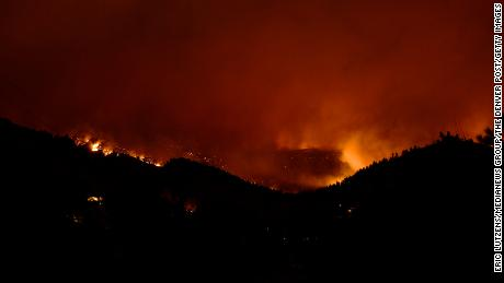 Por lo menos 26 homes destroyed in Colorado's CalWood Fire as historic wildfire season continues