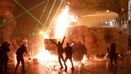 วันครบรอบการประท้วงในชิลีกลายเป็นความรุนแรงเมื่อโบสถ์ถูกไฟไหม้ตำรวจยิงแก๊สน้ำตา