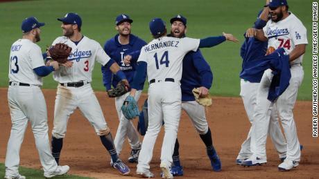 Les Dodgers célèbrent après avoir battu les Braves.