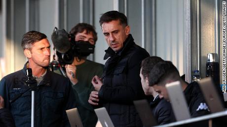Gary Neville regarde pendant le match pour le Trophée EFL entre Salford et Manchester United U21 au Peninsula Stadium en septembre.