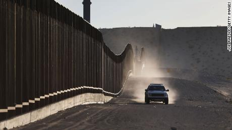 A US Border Patrol vehicle drives along the Mexico border fence on June 24, 2018, in Sunland Park, 新墨西哥.