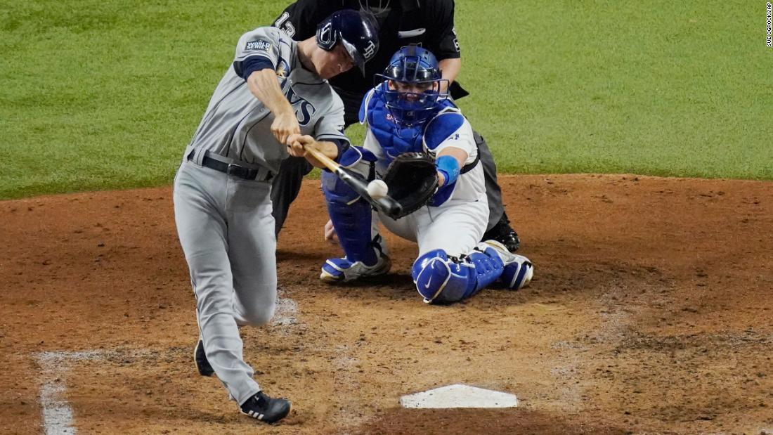 Tampa Bay Rays second baseman Joey Wendle drives in two runs in the bottom of the fourth inning of Game 2 in Arlington, 텍사스, 수요일에, 십월 21. The Rays tied up the series after beating the Dodgers 6-4.