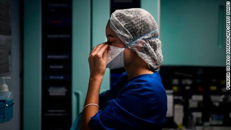 علیرغم افزایش عفونت های جدید ، مرگ و میرهای کووید 19 در اروپا و ایالات متحده به سرعت افزایش نمی یابد.  این به معنای کشنده بودن ویروس نیست