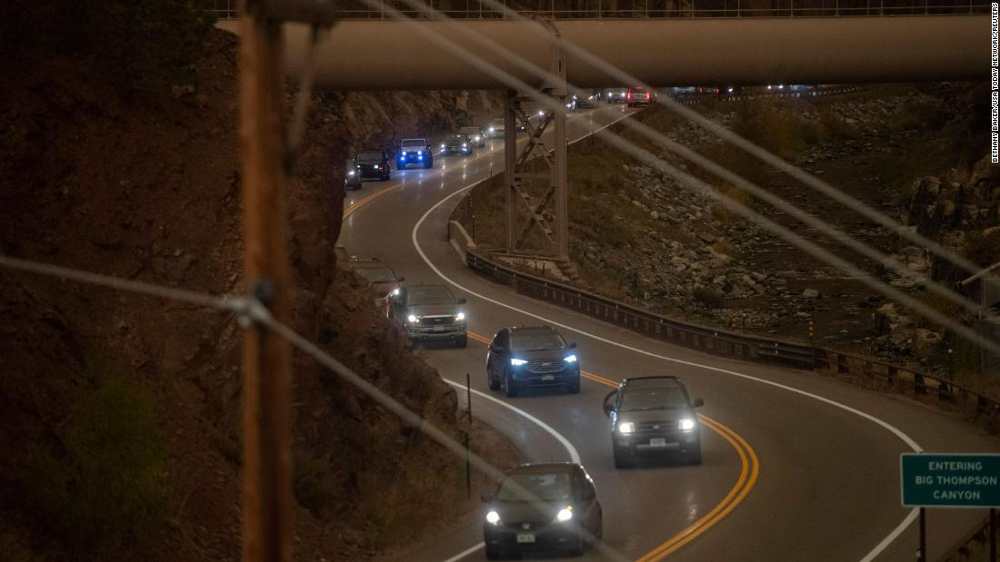 Evacuees drive through a traffic jam exiting Big Thompson Canyon as the East Troublesome Fire forced residents out of Estes Park, Colorado, op Oktober 22.