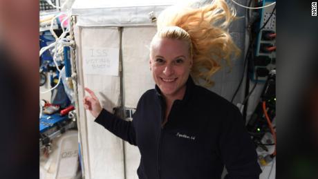 این فضانورد آمریکایی از فضا رأی داد.  در اینجا نحوه کار او انجام شده است