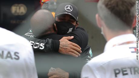 ہیملٹن نے اپنے والد انتھونی کے ساتھ اپنی فتح کا جشن منایا۔