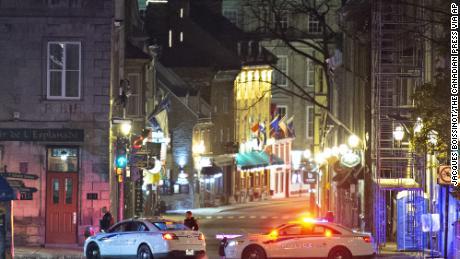 รถตำรวจปิดกั้นถนน Saint-Louis ใกล้ Chateau Frontenac ในช่วงต้นวันอาทิตย์ที่ 1 พฤศจิกายน 2020 ใน Quebec City ประเทศแคนาดา