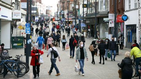 ผู้คนจับจ่ายซื้อของใน Derby ใน East Midlands ของอังกฤษในวันพุธก่อนที่จะมีการปิดประเทศตั้งแต่วันพฤหัสบดี