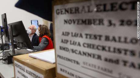 اعضای هیئت رسیدگی به آرا آرا over غایب اسکن شده را در مرکز آماده سازی انتخابات شهرستان فولتون در 4 نوامبر سال 2020 ، در آتلانتا بررسی می کنند.