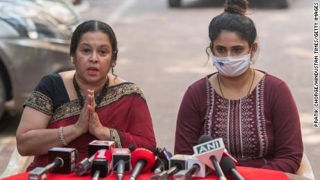 Anvay Naik's wife Akshata Naik and daughter Adnya Naik address media during a press conference after Arnab Goswami's arrest on November 4, 2020 in Mumbai, Indië.
