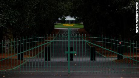 آگسٹا نیشنل میں میگنولیا لین کے دروازے پر بند دروازوں کا نظارہ۔