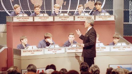 میزبان الکس تربک با 10 نامزد نهایی پنجمین سالگرد National Geography Bee در واشنگتن دی سی ، در تاریخ 26 مه 1993 ، گفتگو می کند.