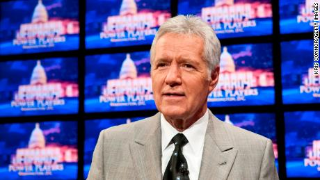 "The late Alex Trebek hosted ""Peligro!&qcotización por 36 años."
