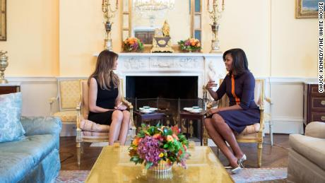 In this White House photo, first lady Michelle Obama meets with Melania Trump for tea in the Yellow Oval Room of the White House, novembre 10, 2016.