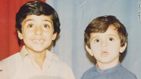 Naser Alazari, à droite, est photographié avec son frère Sayf alors qu'il vivait en Irak.