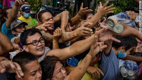ساکنان تحت تأثیر نزاع Typhoon Vamco بر سر کالاهای امدادی در 14 نوامبر سال 2020 در رودریگز ، استان ریزال ، فیلیپین.