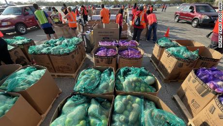 North Texas Food Bank s it distributed more than 600,000 lbs of food at the November 14 행사.