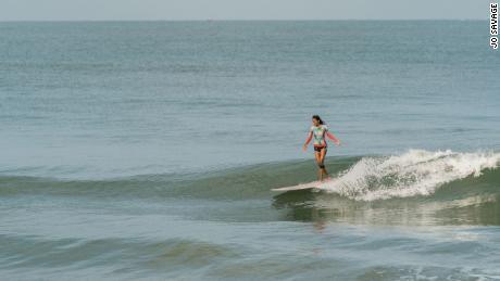 Malaviya est accro au surf et à son style de vie depuis qu'elle a surfé sa première vague.