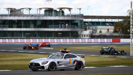 El coche de seguridad de la FIA utilizado durante los eventos de Fórmula 1 de este año ha sido marcado con el & # 39; WeRaceAsOne & # 39; logo.