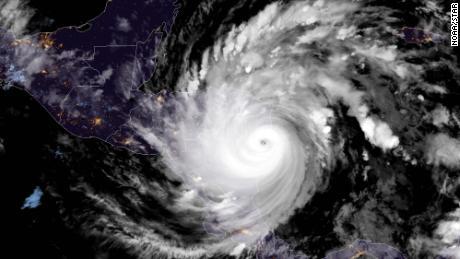 طوفان یوتا به عنوان طوفانی از رده 4 زمین گیر می شود