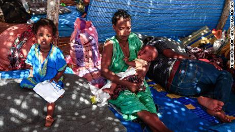 ผู้ลี้ภัยชาวเอธิโอเปียอุ้มเด็กขณะที่เธอนั่งอยู่ในกระท่อมที่ค่าย Um Rakuba ในจังหวัด Gedaref ทางตะวันออกของซูดานเมื่อวันที่ 16 พฤศจิกายน