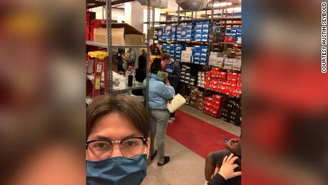آستین سیبولد گفت که در جریان این حادثه در اتاق پشتی فروشگاه Finish Line قفل شده است.