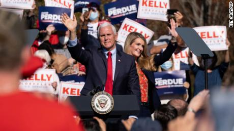 Vice President Mike Pence and Georgia Sen. Kelly Loeffler wave to the crowd during a Defend the Majority Rally, in Canton, ジョージア, on Nov. 20, 2020.