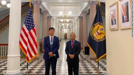 Lobsang Sangay หัวหน้าฝ่ายบริหารทิเบตตอนกลางและ Ngodup Tsering ตัวแทนชั้นนำของ CTA ในวอชิงตันมีผู้พบเห็นในทำเนียบขาวเมื่อวันที่ 21 พฤศจิกายน 2020