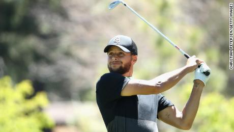 Curry joue un coup de départ sur le neuvième trou lors du deuxième tour du championnat américain du siècle.