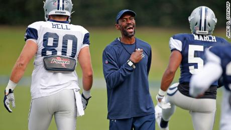 Dallas Cowboys stength and conditioning coach Markus Paul talks during an NFL football training camp Thursday, 九月. 3, 2020 in Frisco, 德州.