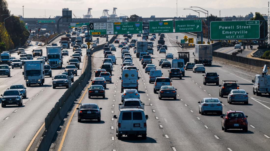 Traffic is seen on Interstate 80 in Emeryville, カリフォルニア, a day before Thanksgiving.
