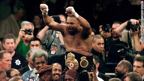 Roy Jones Jr. remporte une décision unanime en douze rounds contre John Ruiz pour remporter le titre WBA Heavyweight, devenant ainsi le premier Light Heavyweight à le faire depuis 1897.